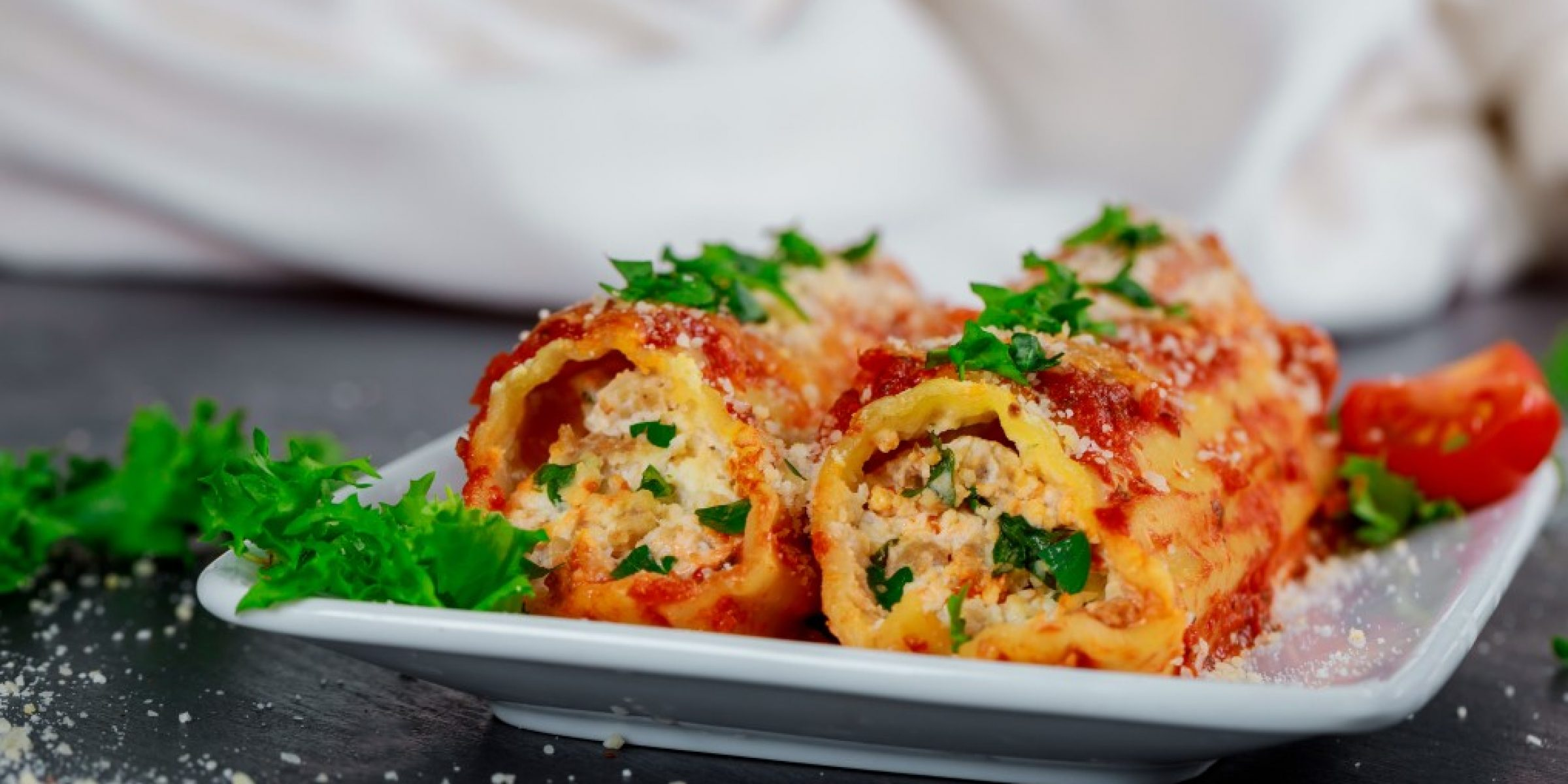 cannelloni-with-meat-cheese-and-tomato-sauce_t20_eVmoRm